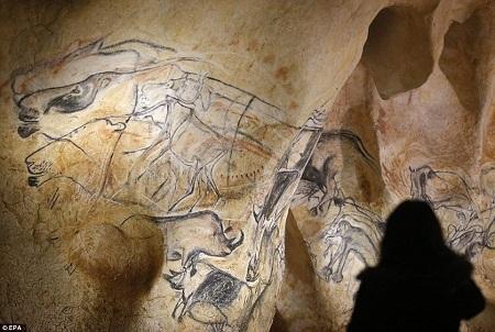 Những bức vách trong hang động nhân tạo đã tái hiện 1.000 bức vẽ giống hệt bản gốc.