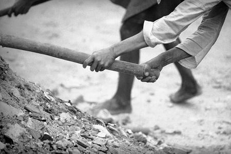 Đôi bàn tay tìm lại hy vọng từ đống hoang tàn.