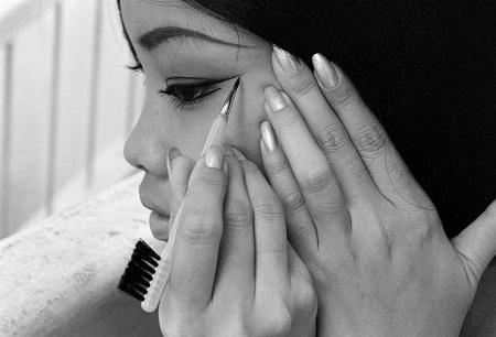 Đôi bàn tay điểm trang của người phụ nữ.