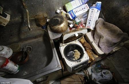 Những bằng chứng cuối cùng còn lại về một cụ già từng sống trong căn hộ.
