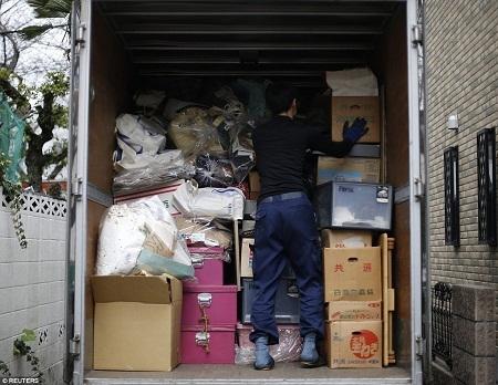 Tất cả đồ đạc bỏ đi được chất lên xe tải.
