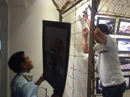 Gỡ các bức tranh tại triển lãm xuống