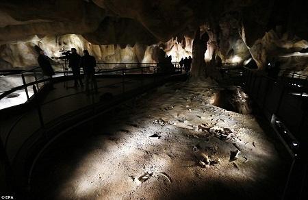 Một góc hang động nhân tạo.