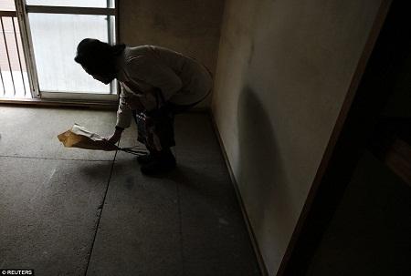 Người phụ nữ cho thuê nhà đến để nhận lại căn hộ đã được dọn dẹp.