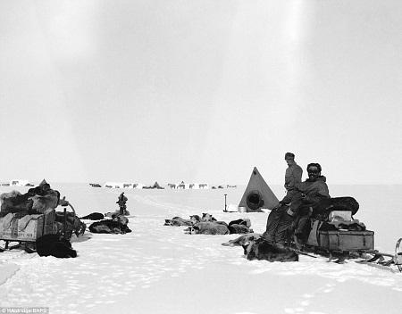 Đoàn thám hiểm dựng trại nghỉ ngơi, chống chọi với cái lạnh -57 độ C.
