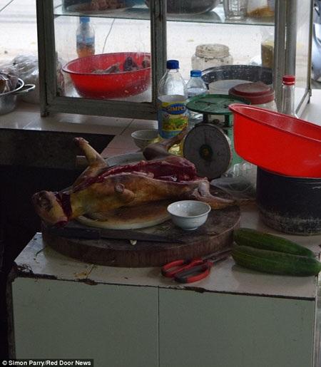 """""""Tiểu hổ"""" đang được chế biến trong bếp để chuẩn bị phục vụ thực khách."""