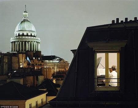 Một người đàn ông trung tuổi đang tập đàn trong căn hộ của mình ở thành phố London, Anh.