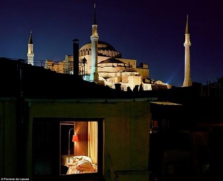 Một phụ nữ ở Istanbul đang nằm nghỉ trong căn hộ nhỏ.