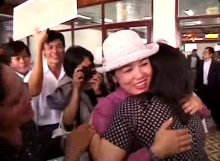 """Hình ảnh trong""""Người con gái Đà Nẵng"""" (2002) - Heidi (phải) và người mẹ ruột - bà Mai Thị Kim"""