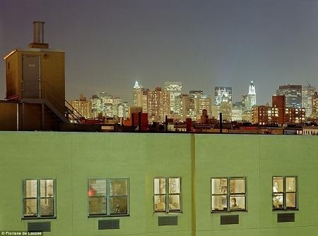 Những ô cửa sổ mở vào cuộc sống riêng của những con người.
