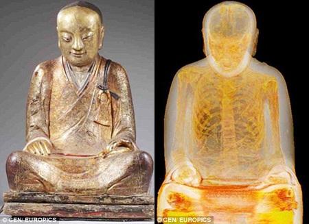 Một bức tượng Phật (trái) chứa đựng xác ướp của một nhà sư (phải).