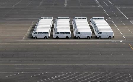 Ma trận? Những chiếc xe hơi vừa bước ra từ xưởng sản xuất được đậu ở sân nhà máy.