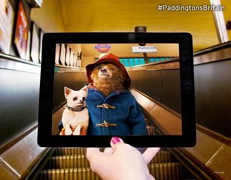"""Gấu Paddington """"xuất hiện"""" ở ga tàu điện ngầm St. John's Wood, London, Anh."""