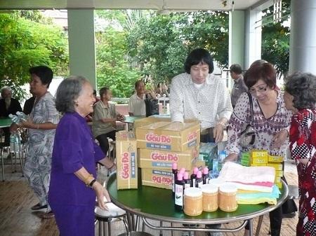 NSƯT Minh Vương, NSND Lệ Thủy mang quà đến thăm Khu dưỡng lão nghệ sĩ TPHCM