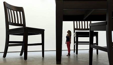 Người phụ nữ tí hon? Đây là một du khách đến xem trưng bày triển lãm điêu khắc.