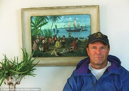 Người dẫn đầu nhóm thợ lặn tìm thấy thỏi bạc khổng lồ - anh Barry Clifford.