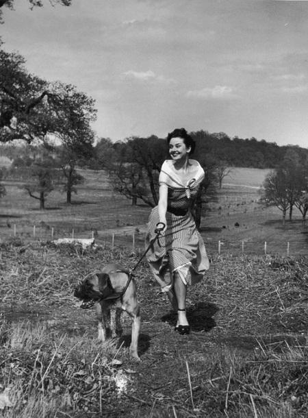 Hepburn dắt chó đi dạo trong công viên (1950).