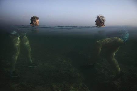 Bức ảnh chụp cả trên và dưới mặt nước khiến hai bà cụ trông thật khác thường.