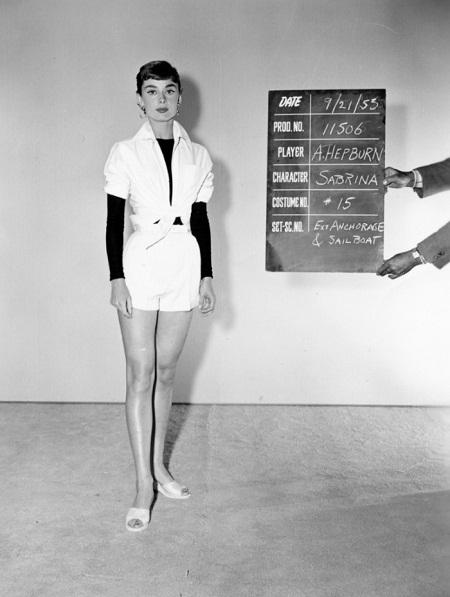"""Thử trang phục cho vai diễn trong phim """"Sabrina"""" (1953)."""