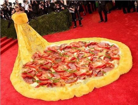 Pizza trên thảm đỏ.