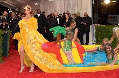 Đuôi váy của Rihanna có thể đủ để đặt cả một bể bơi bằng hơi cho bé.