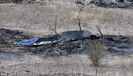 Những mảnh vỡ của chiếc máy bay vẫn đang nằm vương vãi khắp nơi tại hiện trường.
