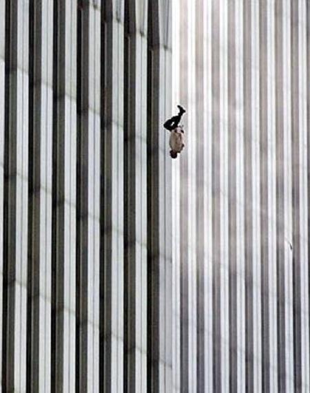 """Bức """"Người đàn ông rơi"""" của nhiếp ảnh gia Richard Drew chụp năm 2001"""