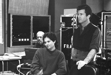 """James Horner (trái) trên phim trường """"Braveheart"""" cùng với nam diễn viên kiêm đạo diễn Mel Gibson."""