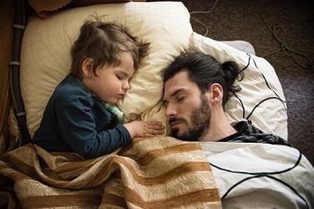Bé Leo của hiện tại đang ngủ bên bố