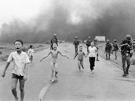 """Bức """"Em bé napan"""" của nhiếp ảnh gia Nick Út chụp năm 1972"""