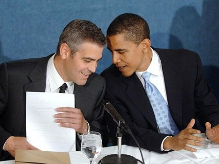 Tổng thống Mỹ Barack Obama và nam diễn viên George Clooney trò chuyện thân thiết.