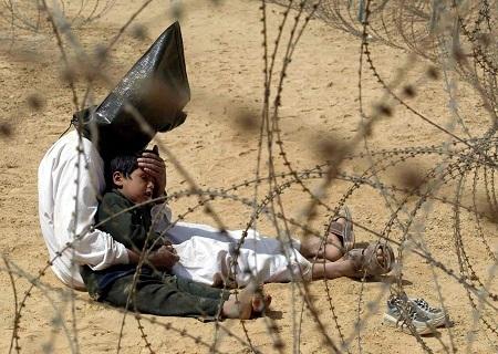 """Bức ảnh """"Tù nhân chiến tranh người Iraq"""" được thực hiện năm 2002 bởi nhiếp ảnh gia Jean-Marc Bouju"""
