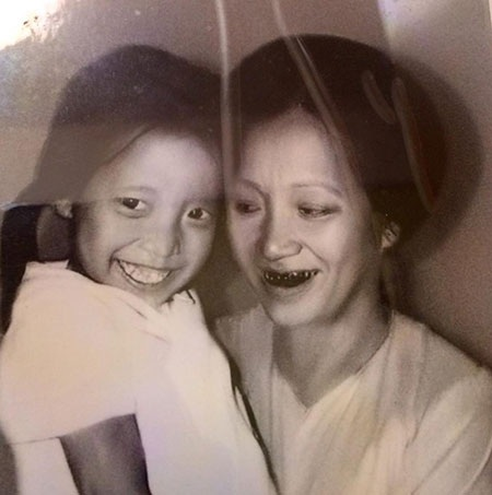 Bức ảnh Thảo Vân chụp cùng mẹ khi còn bé xíu.