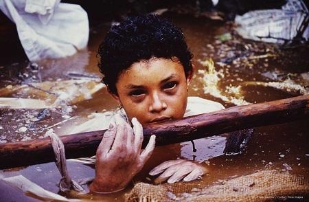 Bức ảnh chụp cô bé Omayra Sanchez hồi năm 1985 được thực hiện bởi nhiếp ảnh gia Frank Fournier