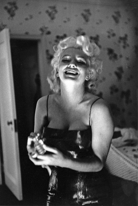 """""""Biểu tượng sex"""" Marilyn Monroe trang điểm như thế nào khi đi chơi?"""
