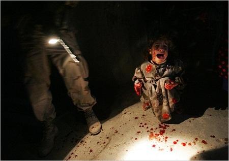 """Bức """"Cô bé Samar Hassan"""" thực hiện năm 2005 bởi nhiếp ảnh gia Chris Hondros"""