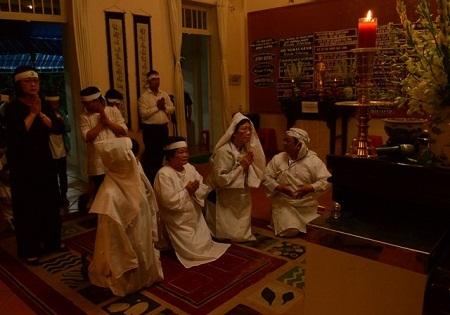 Từ 4h sáng, gia quyến và thân hữu đã tề tựu về thắp nén hương thơm cho hương hồn giáo sư