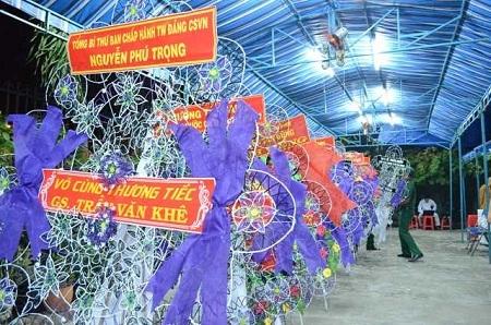 Hàng trăm lẵng hoa điếu tang người con ưu tú của dân tộc