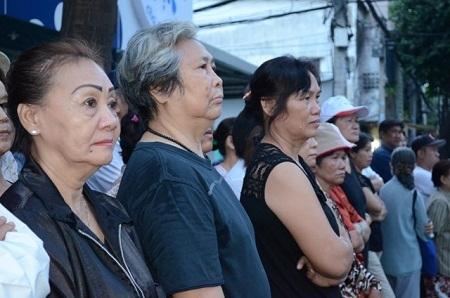 Hàng ngàn người đứng nghe lễ từ ngoài đường vì sân nhà đã chật kín