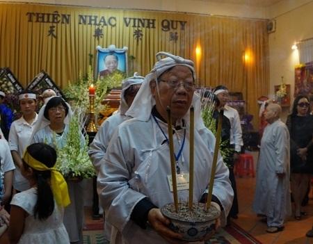 Sau nghi lễ di quan, trưởng nam Trần Quang Hải dẫn đầu đoàn đưa di thể giáo sư rời khỏi tư gia