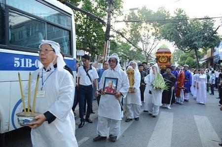 Linh cữu giáo sư Trần Văn Khê chính thức rời khỏi linh đường, lên xe tang về nơi hỏa táng