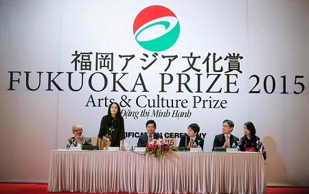 Phó thị trưởng thành phố Fukuoka - ông Sadakari Atsuhito đã trao chứng nhận giải thưởng