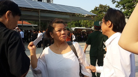 NSND Thanh Hoa đến sớm để tiễn đưa người nhạc sĩ chị rất thân thiết