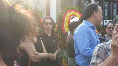 Cựu người mẫu Thuý Hạnh đợi tới lượt vào viếng