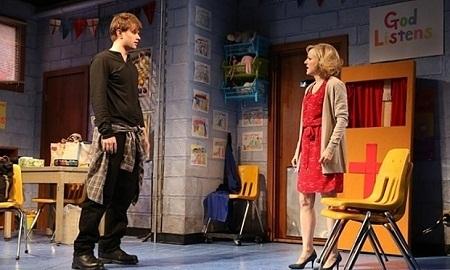 """Một cảnh diễn trên sân khấu """"Hand to God""""."""
