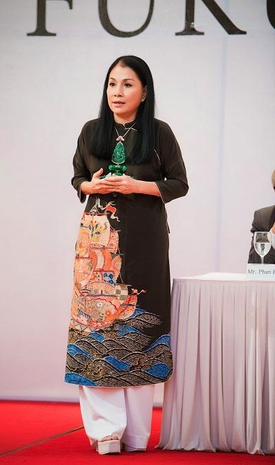 Chiếc áo dài của NTK Minh Hạnh đang mặc được thiết kế trên tấm vải đã có tuổi đời trên 100 năm