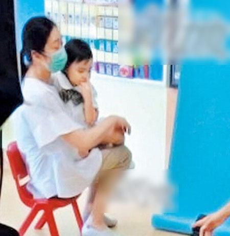 Vợ Lưu Đức Hoa đưa con đi xin học