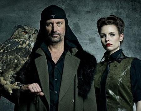 Trưởng nhóm Laibach (trái)