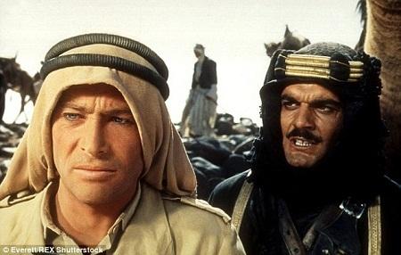 """Trên phim trường """"Lawrence xứ Ả Rập"""" (1962) cùng nam diễn viên Peter O'Toole (trái)."""