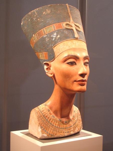 Bức tượng bán thân nguyên mẫu hiện đang được trưng bày tại Viện bảo tàng Neuse ở Berlin, Đức.